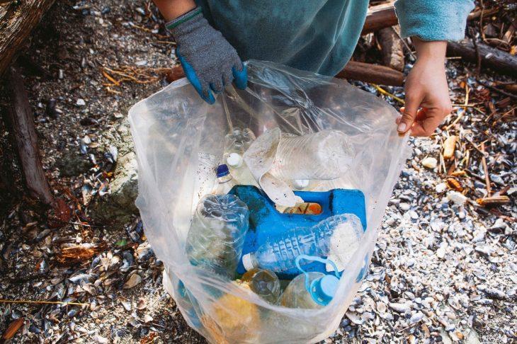 manos sosteniendo una bolsa de basura