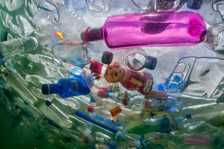 botellas de plástico en el mar