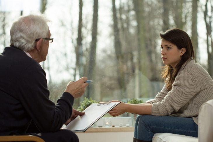 psicólogo de viajes con una mujer