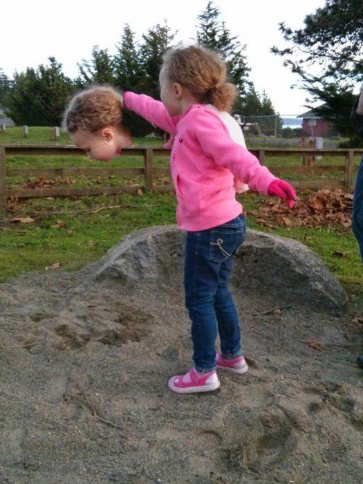 foto panorámica que salió mal de una niña que parece que trae la cara en una mano