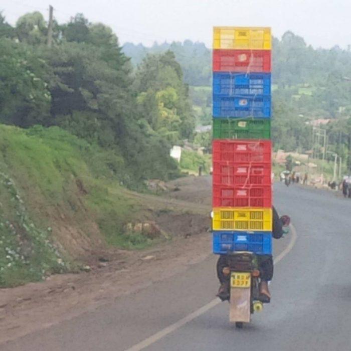 chavo en moto con varias cajas de colores