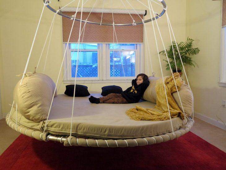 niño recostado en una cama colgante