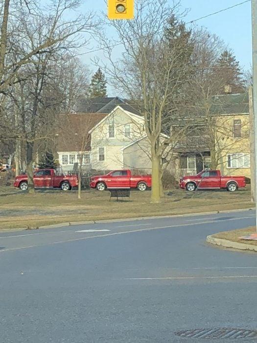 tres camionetas iguales