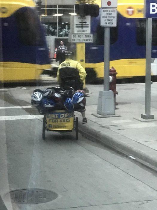 policía con cascos de ciclistas