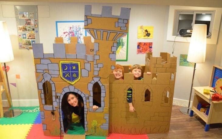 Niños y mamá en castillo de cartón