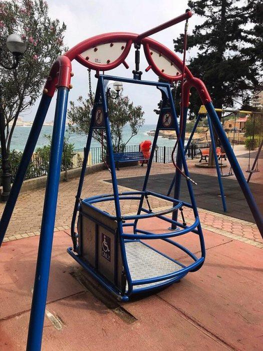 Columpio para silla de ruedas en un parque local