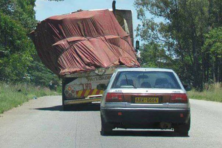 trailer con la carga ladeada
