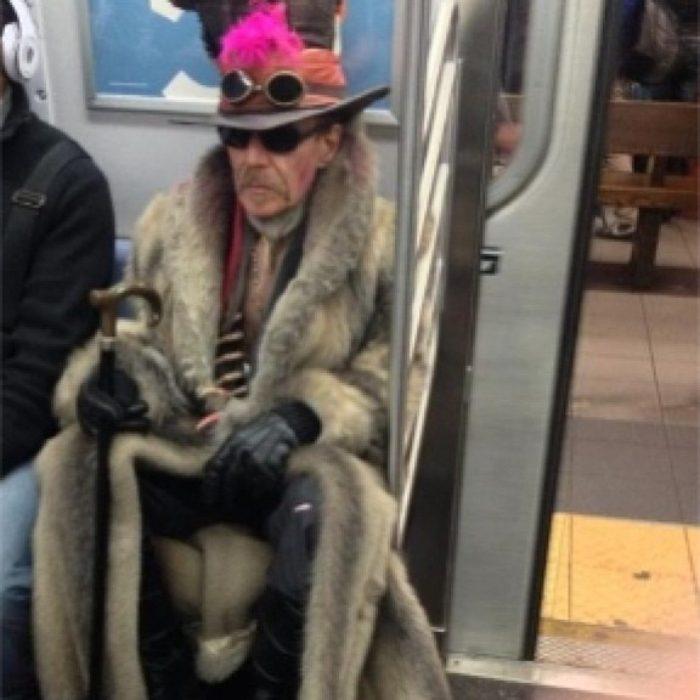 señor con abrigo exagerado y sombrero
