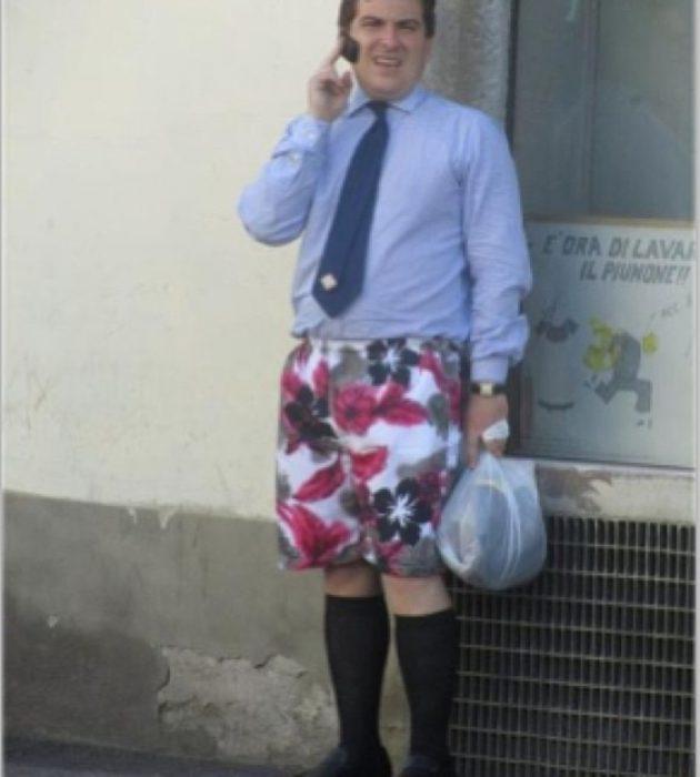 hombre con camisa de vestir pero boxers en las piernas