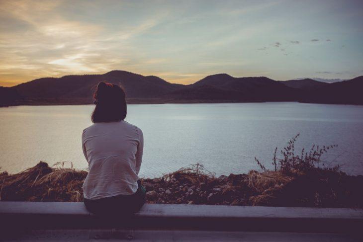 persona en soledad frente a un lago