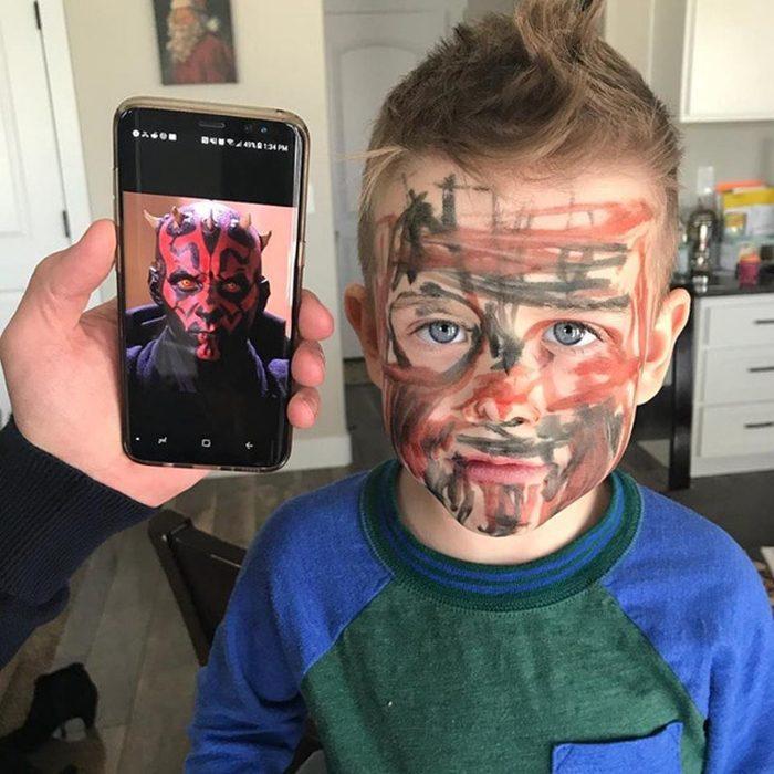 Niño borroneado de la cara como Darth Maul