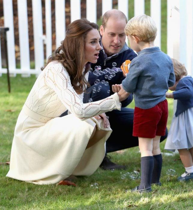 kate middleton conversando con sus dos hijos