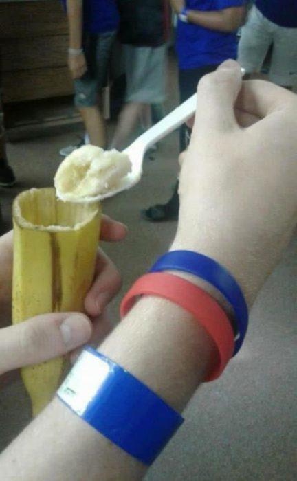 come plátano con tenedor
