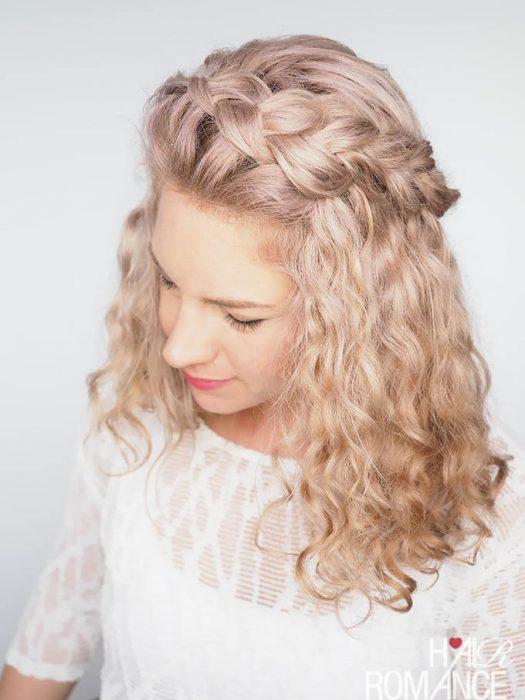diadema de trenza en cabello rizado