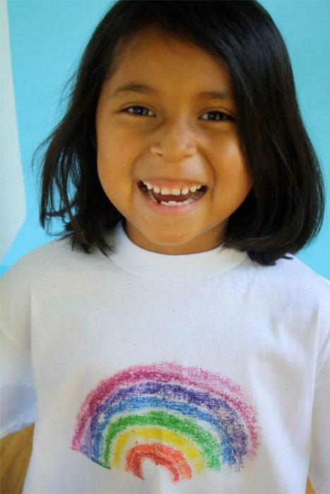 niña con camiseta diseñada por crayones