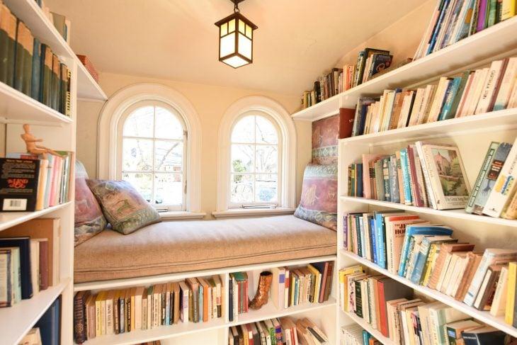 diván rodeado de estantes