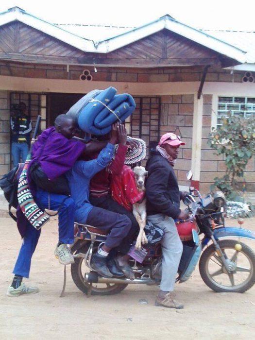 familia entera en una motocicleta