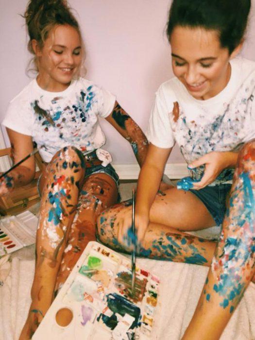 dos chicas pintando