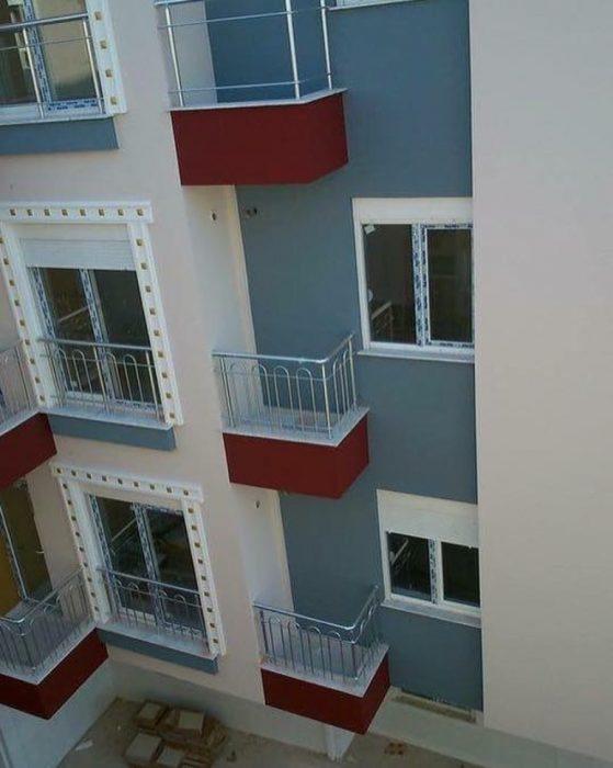 balcones frente a una pared sin ventana