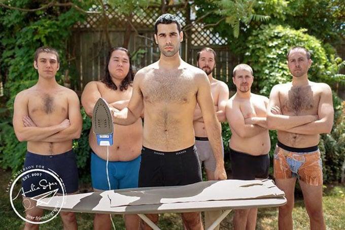 hombre sin camisa con una plancha y sus amigos sin camisa detrás
