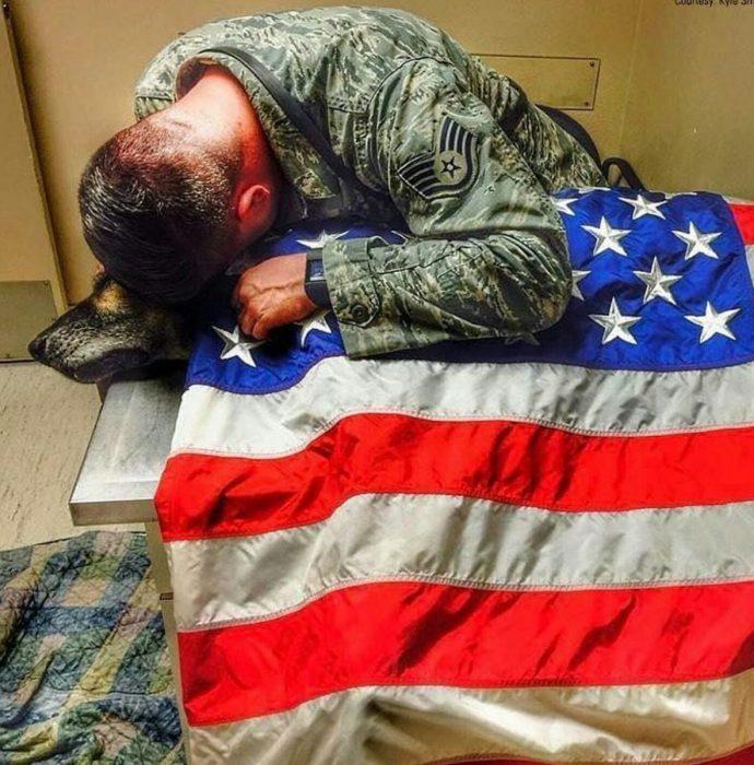soldado en el funeral de su perro