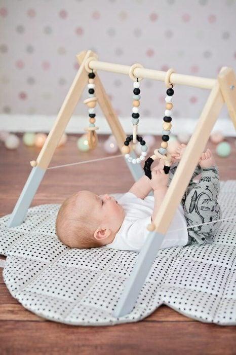 gimnasio para bebé de madera