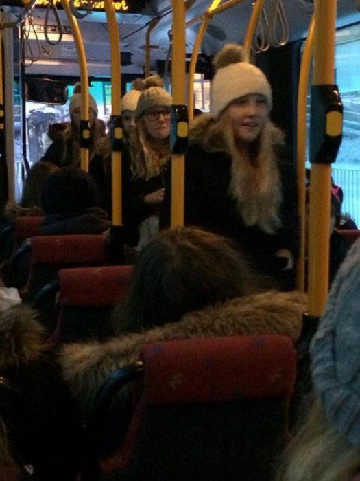 chicas vestidas igual en el transporte público