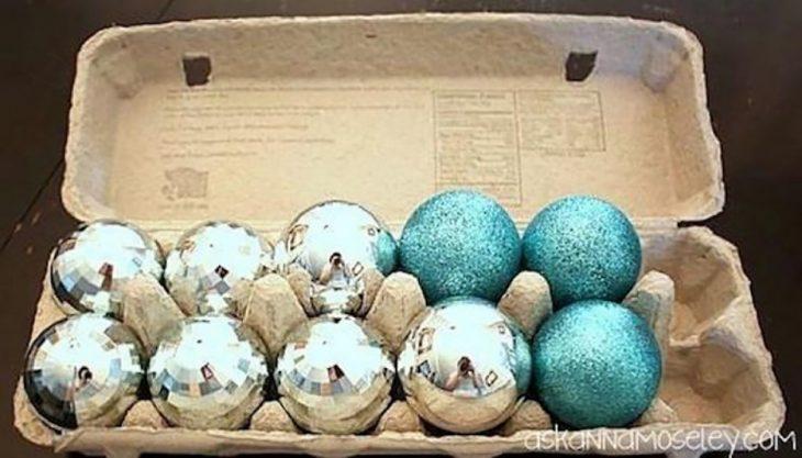 esferas navideñas en carterasde huevo