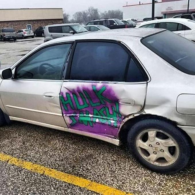carro con golpe pintado de onomatopeya de hukl