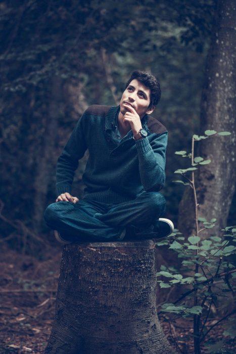 persona sola en el bosque