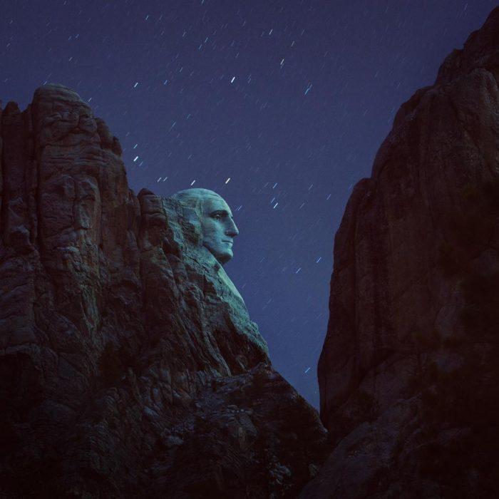 monumento entre las montañas fotografiado de noche