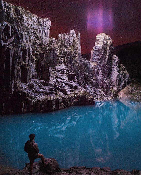 montañas, lago turquesa y cielo violeta