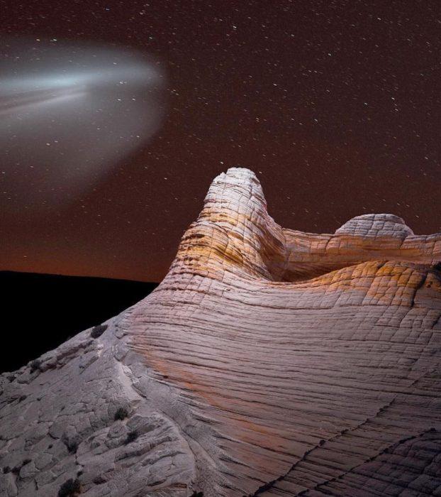 montaña anaranjada con halo de luz