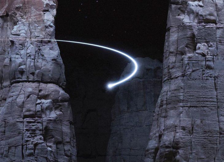 luz que va entre las montañas