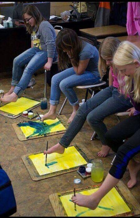 niños pintando con sus pies