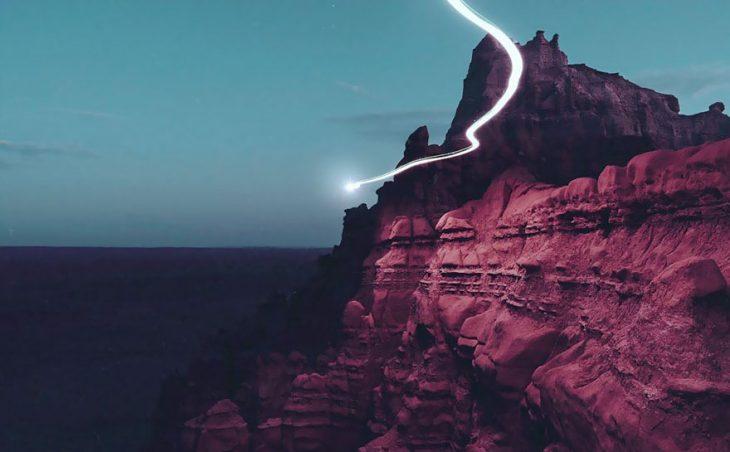 línea de luz entre las montañas rojas
