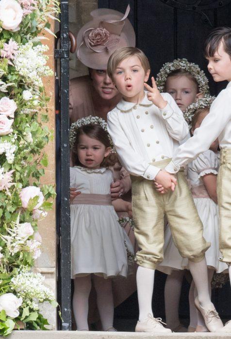 kate middleton mirando feo a sus hijos