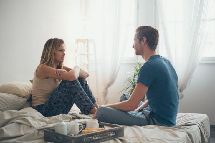 chico y chica conversando seriamente