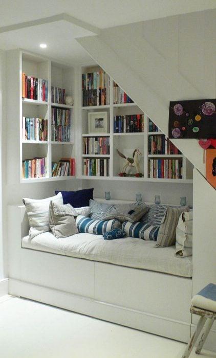estantería de libros bajo las escaleras