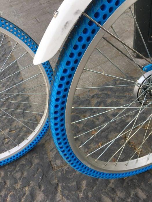 Llantas azules de bicicleta que no necesitan aire