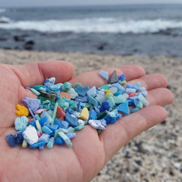 manos llenas de microplásticos