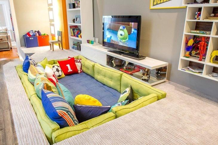 sillón en el suelo con almohadas de colores