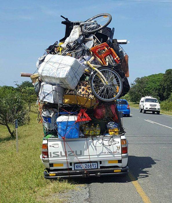 camioneta con muchos muebles