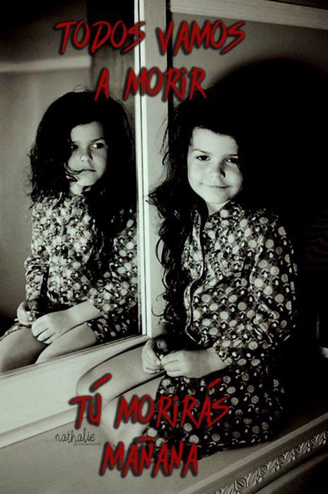 niña en el espejo que muestra un reflejo diferente