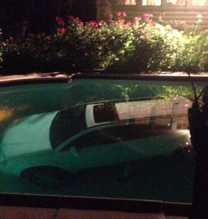 camioneta dentro de una piscina