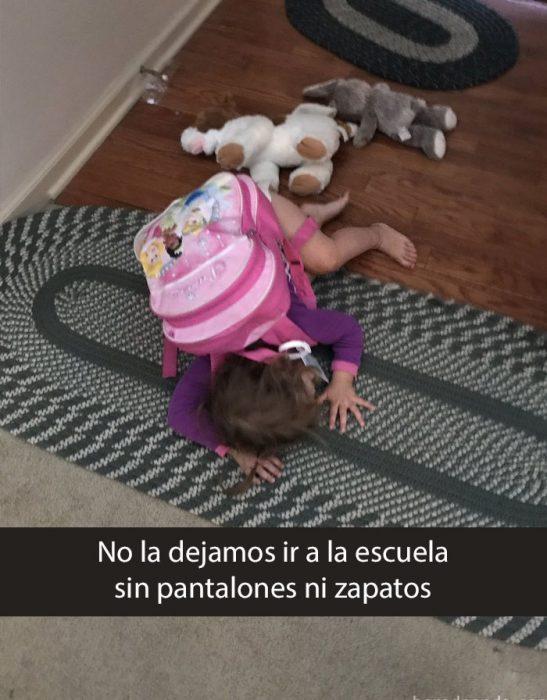 niña llorando tirada en la alfombra