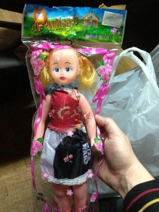 muñeca de plástico con camiseta de star wars
