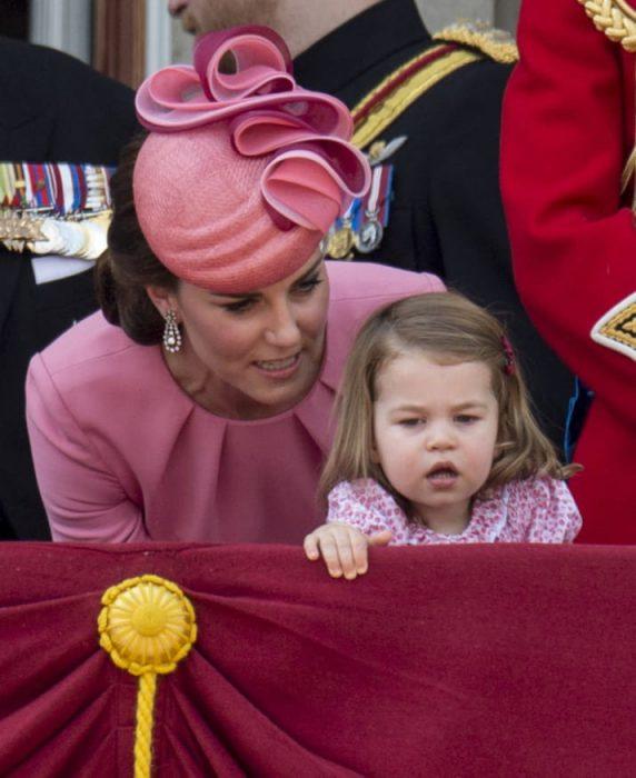 kate middleton vestido rosa y niña