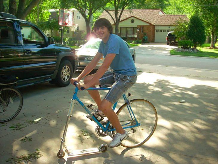 chico en una bici con patín del diablo