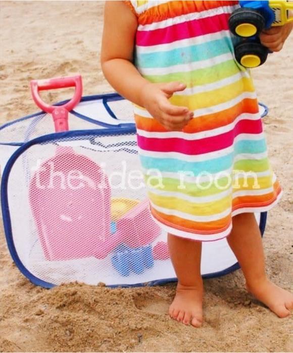 canasta de ropa sucia en la playa
